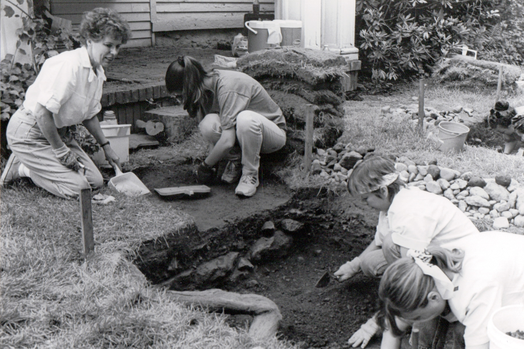 Black and White photo of volunteers excavating a foundation at the Sheffield House