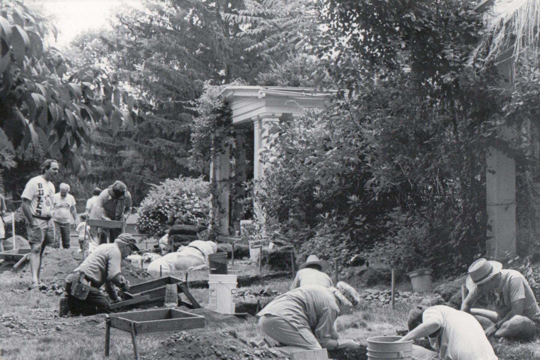 Black and white photo of volunteers working at the Sheffield House archeological dig